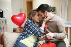 Ami et son amie célébrant des vacances Jeunes couples Photographie stock libre de droits