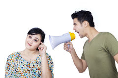 Ami fâché employant le haut-parleur - d'isolement Photos stock