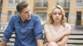 Ami fâché regardant l'amie triste, femme se sentant coupable, conflit image stock