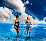 Ami féminin sexy en mer bleue Images libres de droits