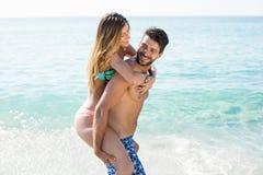 Ami ferroutant l'amie sur le rivage à la plage Images stock