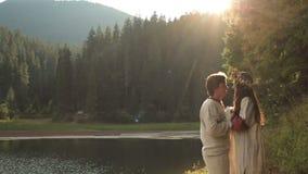 Ami fra gli uomini bei e la bella sirena in corona del fiore Paesaggio strabiliante della montagna con il tramonto sopra video d archivio