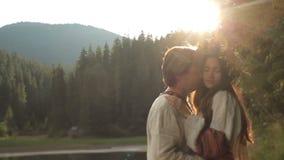 Ami fra gli uomini bei e la bella sirena in corona del fiore Paesaggio strabiliante della montagna su fondo archivi video