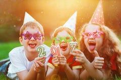 Ami heureux d'enfant en partie de carnaval, se trouvant sur une herbe verte Ha Images libres de droits