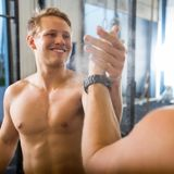 Ami heureux de Giving High-Five To d'athlète Photographie stock libre de droits