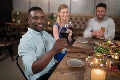 Ami heureux dinant ensemble dans le restaurant Images stock