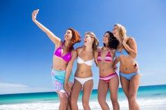 Ami heureux faisant le selfie avec le smartphone Photos libres de droits