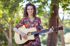 Ami heureux jouant la guitare Photographie stock