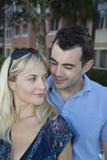 Ami heureux regardant vers le bas son amie blonde Photos libres de droits