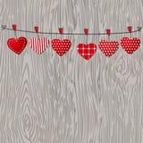 Ami i cuori dei biglietti di S. Valentino che appendono sul fondo di legno di struttura Fotografia Stock Libera da Diritti