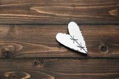 Ami i cuori del biglietto di S. Valentino sul fondo rustico di struttura del legname galleggiante, copi lo spazio Giorno del bigl Immagine Stock