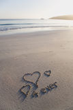 Ami i cuori e per sempre scritto su un beac incontaminato Fotografia Stock
