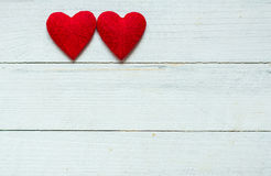 Ami i cuori sul fondo di legno di struttura, concetto della carta del giorno di biglietti di S. Valentino fondo originale del cuo Fotografie Stock Libere da Diritti