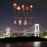 Ami i fuochi d'artificio della scintilla che celebrano sopra il ponte dell'arcobaleno di Tokyo a Immagini Stock