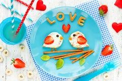 Ami i pancake degli uccelli - prima colazione romantica il giorno dei biglietti di S. Valentino Creatina Fotografia Stock Libera da Diritti
