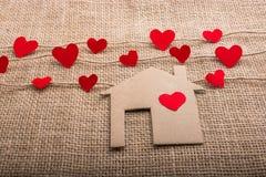 Ami il concetto con cuore a forma di carta ed alloggi Immagine Stock