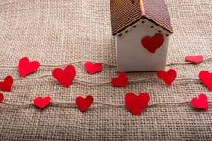 Ami il concetto con cuore a forma di carta ed alloggi Fotografie Stock