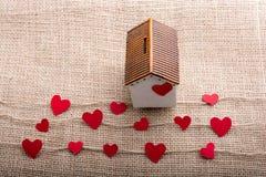 Ami il concetto con cuore a forma di carta ed alloggi Fotografia Stock