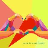 Ami il cuore nella cartolina d'auguri del giorno di biglietti di S. Valentino delle mani g Fotografia Stock