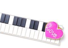Ami il cuore sulla tastiera di musica per i biglietti di S. Valentino e l'amore di musica Fotografia Stock Libera da Diritti