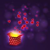 Ami il volo del cuore dalla scatola attuale sul fondo del bokeh Immagine Stock