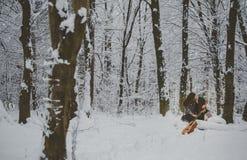 Ami jouant la guitare à l'hiver Images libres de droits