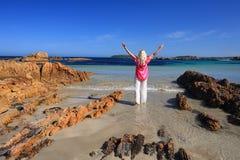 Ami l'estate alla spiaggia, felicità sollevata armi di amore di vacanza della femmina Fotografia Stock