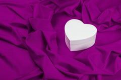 Ami la carta con cuore su un tessuto porpora Fotografia Stock Libera da Diritti