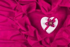 Ami la carta con cuore su un tessuto porpora Immagini Stock Libere da Diritti