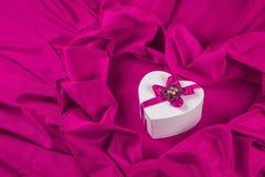 Ami la carta con cuore su un tessuto porpora Fotografia Stock
