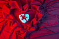 Ami la carta con cuore su un tessuto rosso Fotografia Stock Libera da Diritti