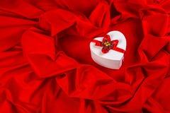 Ami la carta con cuore su un tessuto rosso Immagine Stock Libera da Diritti