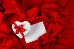 Ami la cartolina d'auguri con cuore su un tessuto rosso Immagine Stock Libera da Diritti