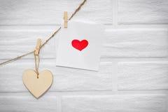 Ami la ghirlanda di legno naturale w dei biglietti di S. Valentino di marrone scandinavo del sottotetto Immagine Stock