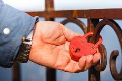 Ami la serratura e le chiavi, concetto di amore e fedeltà, caduta delle persone appena sposate l'amore eterno di simbolo della se fotografia stock libera da diritti