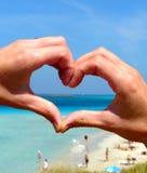 Ami la siluetta della mano di forma sopra la spiaggia di Pelosa alla Sardegna, Italia Immagini Stock Libere da Diritti