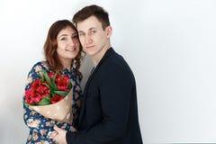 Ami le coppie con il mazzo del tulipano, fondo bianco Immagine Stock Libera da Diritti