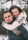 Ami le coppie dell'inverno, abbraccianti e bacianti all'aperto Fotografia Stock