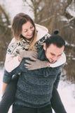 Ami le coppie dell'inverno, abbraccianti e bacianti all'aperto Fotografia Stock Libera da Diritti