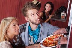 Pizza de commande de jeunes couples Photos libres de droits