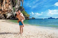 Ami portant sa plage de tropique d'amie Photographie stock