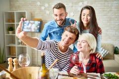 Ami posant pour Selfie au dîner Photos libres de droits