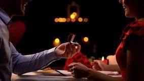 Ami présent à femme l'anneau précieux pendant la date romantique sur l'anniversaire photo libre de droits