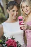 Ami prenant l'autoportrait avec la belle jeune mariée Image stock