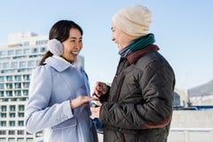 Ami proposant l'amie gaie Image libre de droits