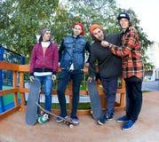 Ami quatre dans le skatepark Images libres de droits