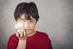 Ami, ragazzo con una sfera di vetro che copre il suo occhio Immagini Stock Libere da Diritti