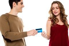 Ami remettant la carte de crédit Photo stock