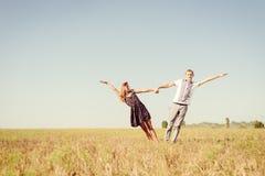 Ami, romance, futuro, vacanze estive e concetto della gente Immagini Stock