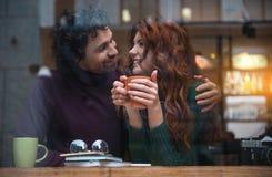 Ami sensuel et amie appréciant la boisson en café Images libres de droits